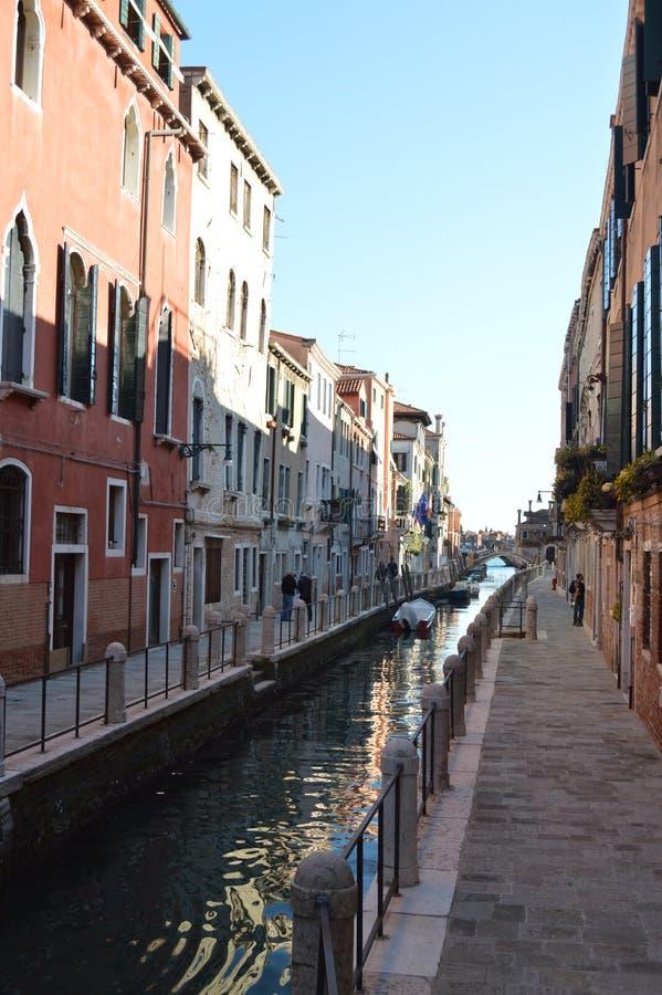 Belle promenade le long du Fondamenta Fornace le long du canal Del Rio Fornace In Venice Voyage, vacances, architecture 28 mars, images libres de droits