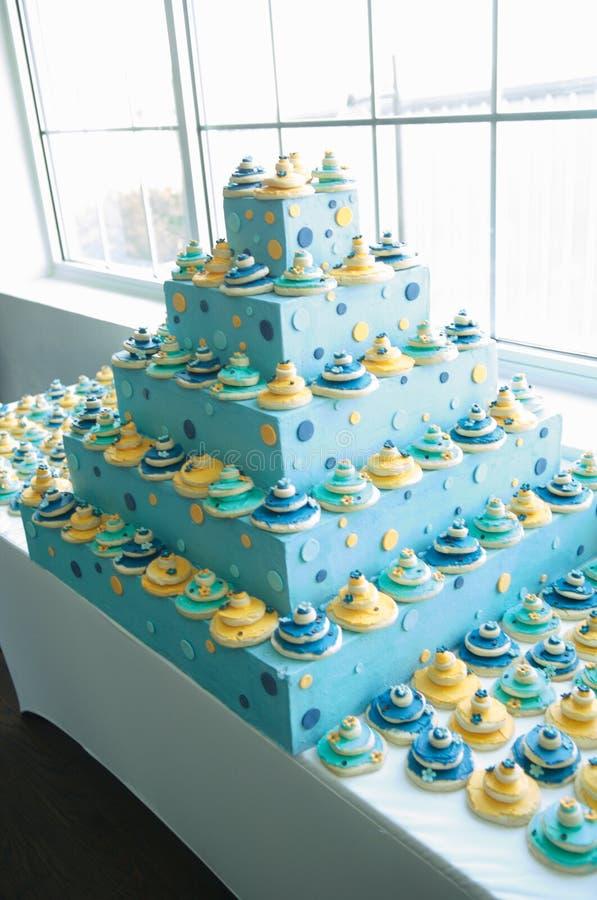 Belle réception de mariage intérieure de gâteau de mariage image stock