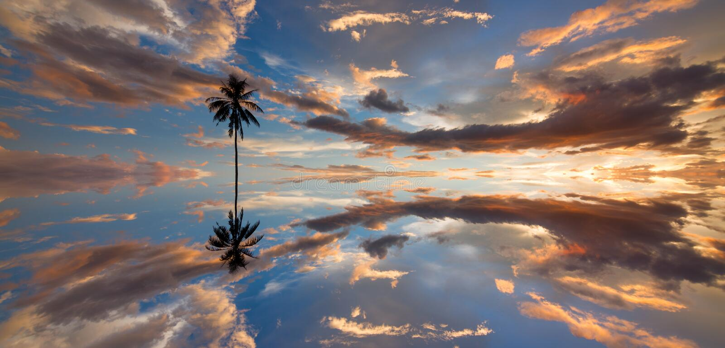 Belle r?flexion de coucher du soleil dramatique chez Kota Marudu image libre de droits