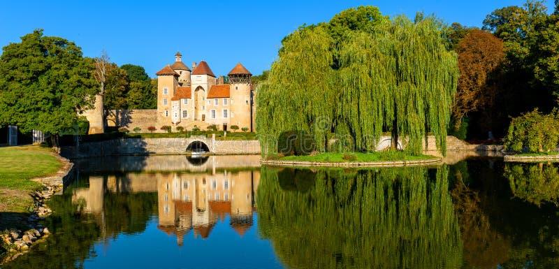 Belle réflexion du château de Sercy dans la région de Bourgogne, France photos libres de droits
