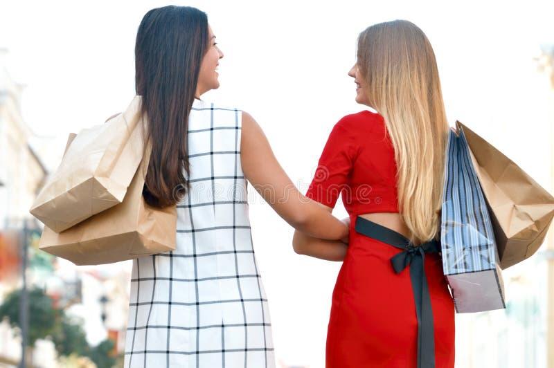 Belle ragazze con i sacchetti di acquisto fotografia stock libera da diritti