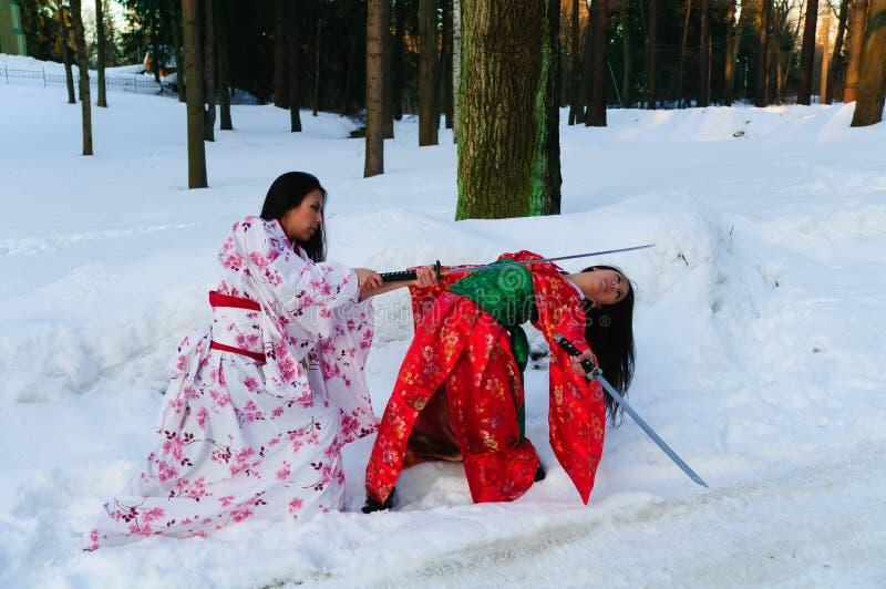 Belle ragazze del brunette in un kimono giapponese fotografia stock libera da diritti