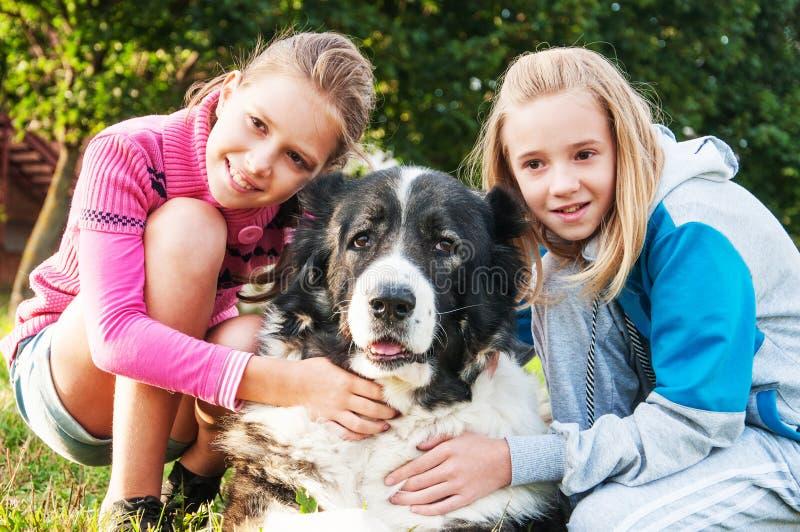 Belle ragazze ed il suo cane fotografia stock libera da diritti
