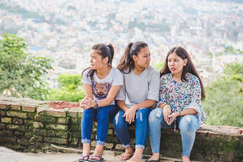 Belle ragazze nepalesi che godono con gli amici fotografia stock