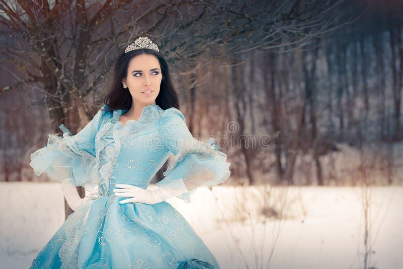 Belle reine de neige en décor d'hiver photographie stock libre de droits