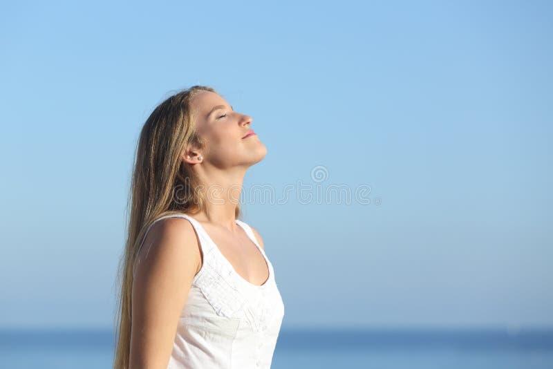 Belle respiration blonde de femme heureuse images libres de droits