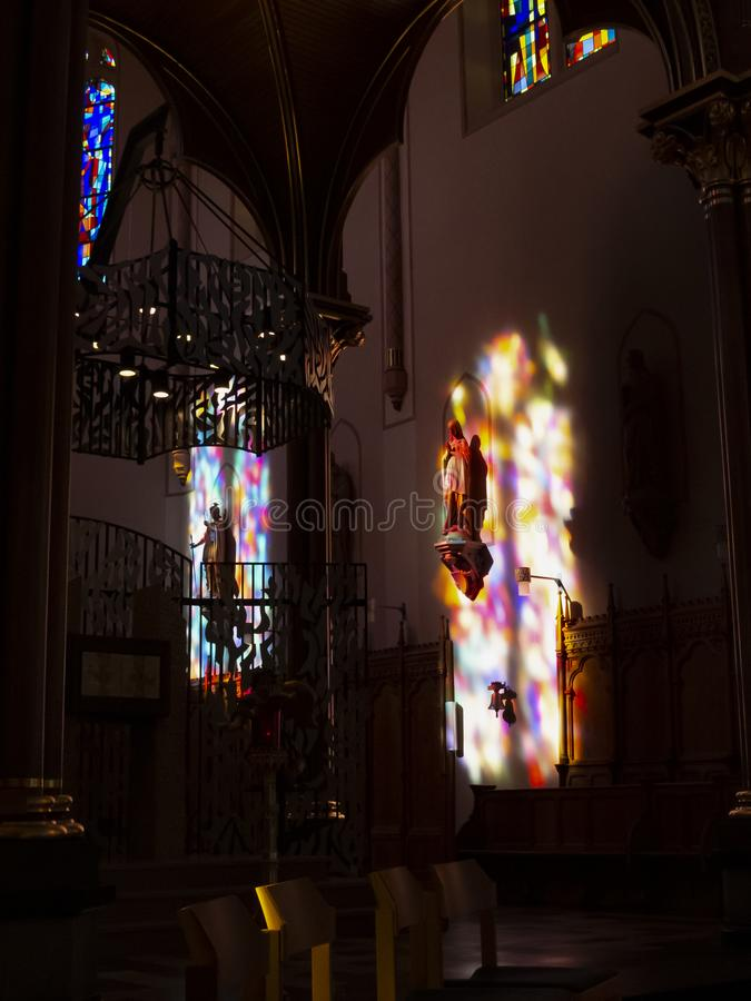 Belle riflessioni della finestra di luce solare nel coro della chiesa di parrocchia del XIX secolo di St Lawrence in Diekirch immagini stock libere da diritti