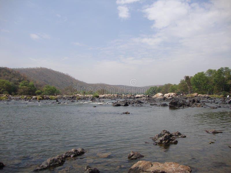 Belle rivière avec moins d'eau pour profiter image libre de droits