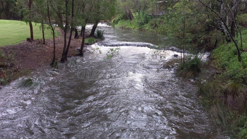 Belle rivière courante transparente images libres de droits