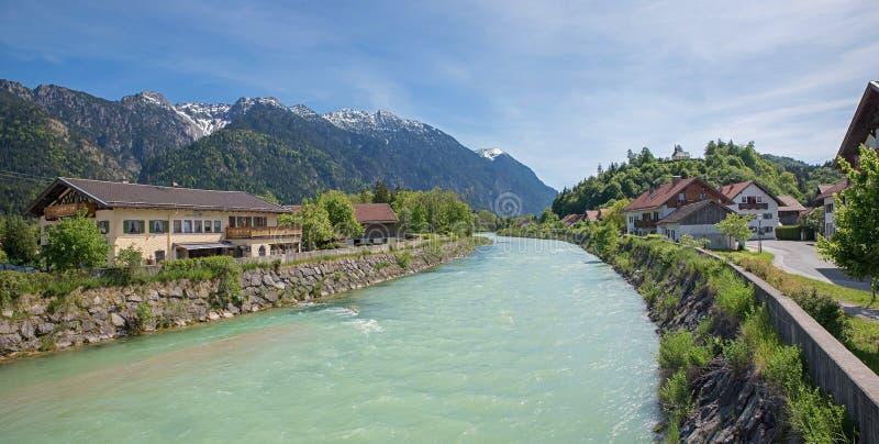 Belle rivière de loisach et alpes bavaroises photographie stock
