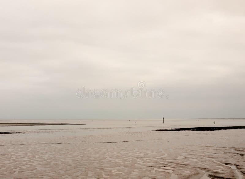 Belle rivière obscurcie grise blanche vide avec des modèles de mudflat images libres de droits
