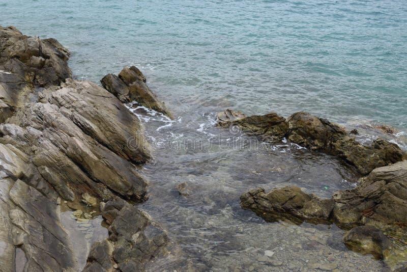 Belle rocce sulla spiaggia fotografie stock