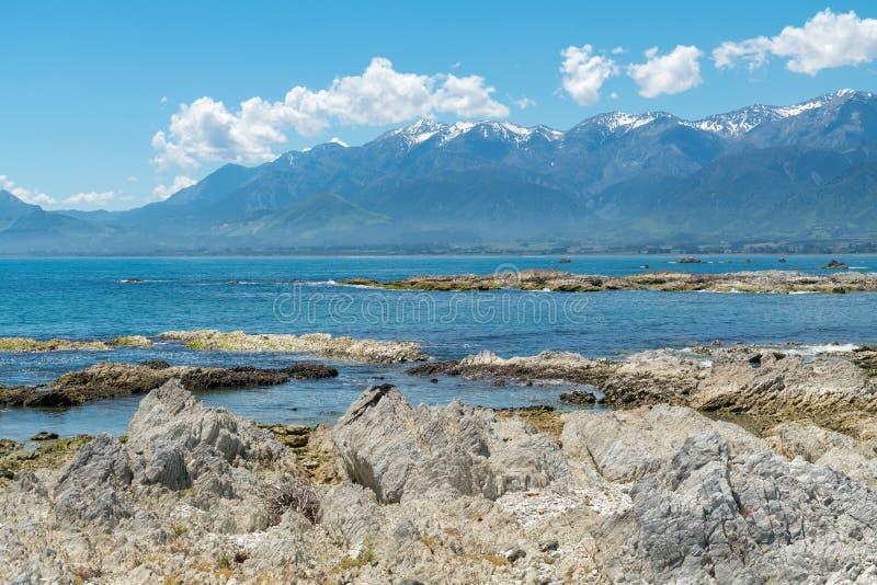 Belle roche de plage chez Kaikoura avec le fond de montagne, Nouvelle-Zélande photo stock