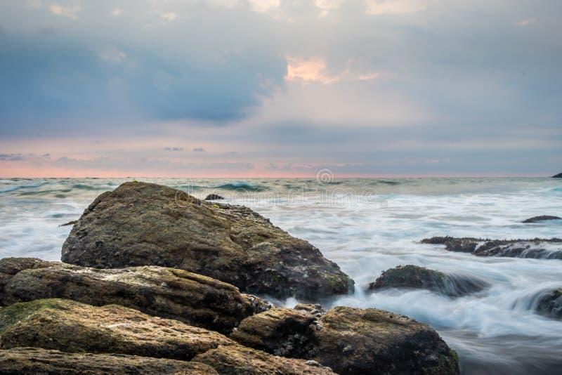 Belle roche pr?s de la plage blanche photos stock