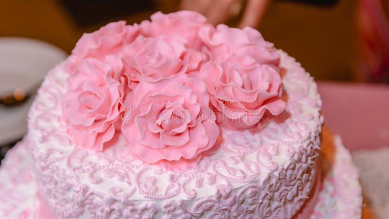 Belle rose rosa crema sulla torta nunziale fotografia stock libera da diritti