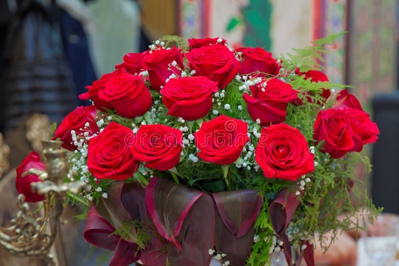 Belle rose rosse in una scatola rotonda Rose della pesca in una scatola rotonda Rose in una scatola rotonda su un fondo di legno  immagine stock