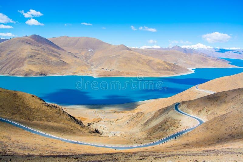 Belle route avec le lac et les montagnes bleus photo libre de droits