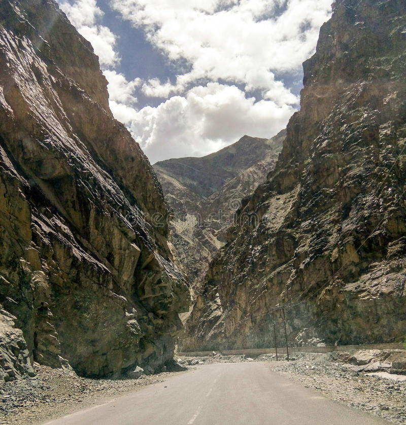 Belle route entre deux montagnes photographie stock