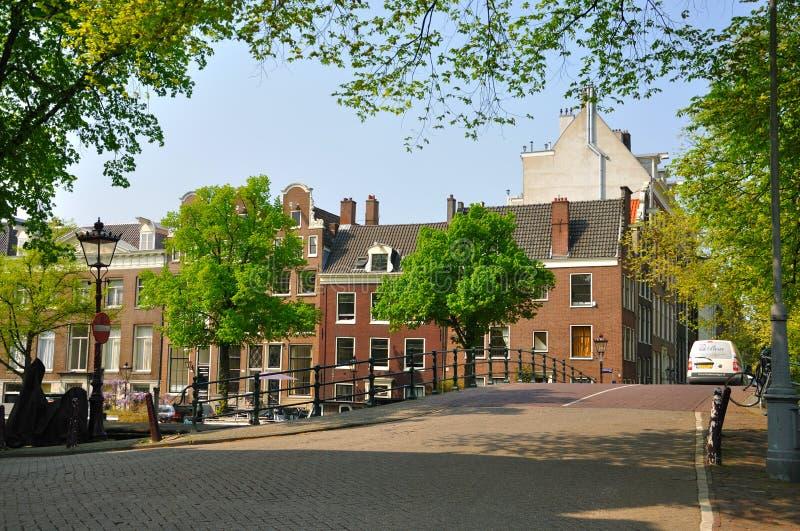 Belle rue avec un pont au-dessus de la rivière à Amsterdam, Holland Netherlands photographie stock