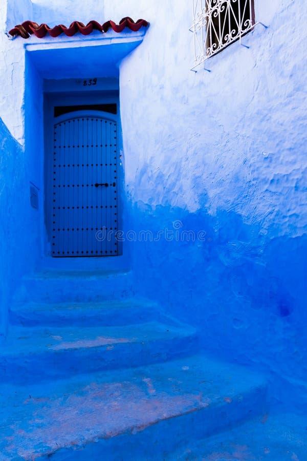 Belle rue bleue de la Médina bleue de Chefchaouen, Maroc image libre de droits