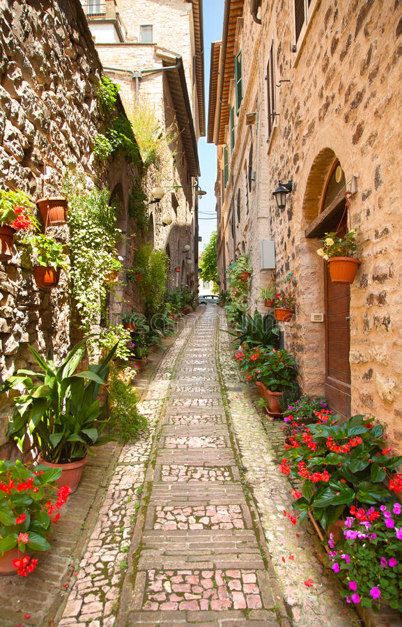 Belle rue dans Spello l'Italie image stock