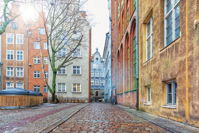 Belle rue médiévale de Dziana près du marché à terme à Danzig, Pologne, vue ensoleillée de matin, aucune personnes photo stock