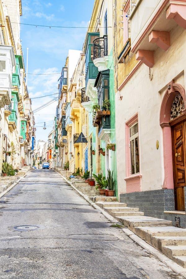 Belle ruelle étroite maltaise colorée photos stock