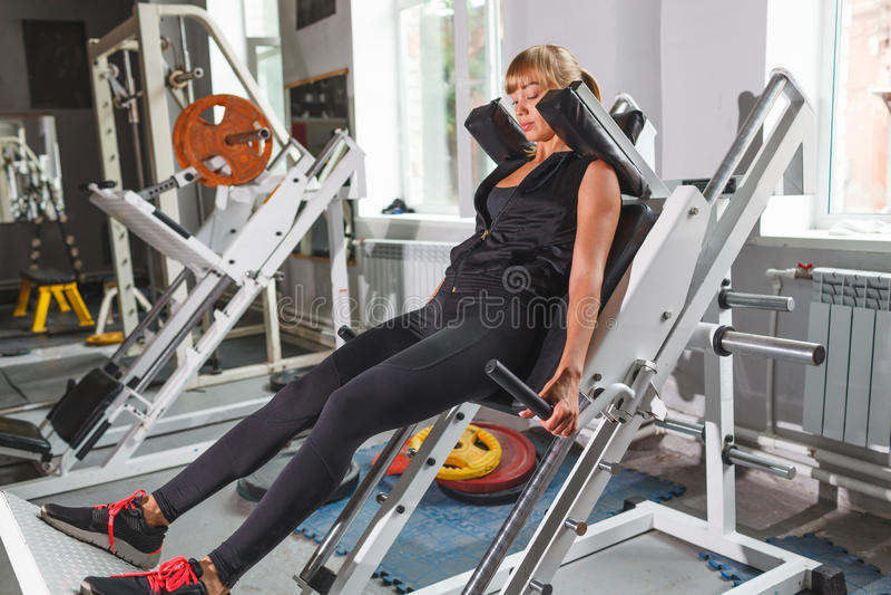 Belle séance d'entraînement de modèle de forme physique, accroupie image stock