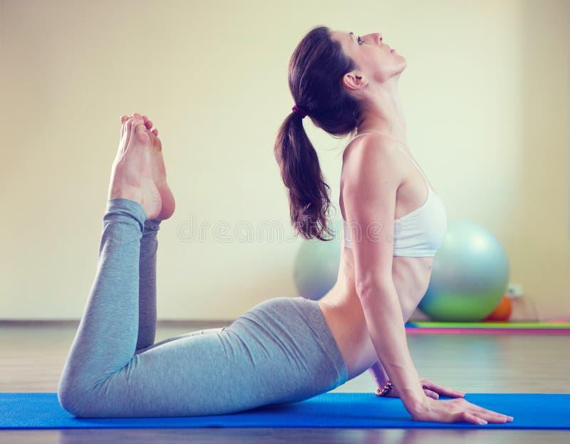 Belle séance d'entraînement de yoga de jeune femme images libres de droits