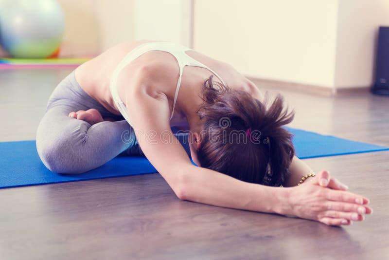 Belle séance d'entraînement de yoga de jeune femme photo libre de droits