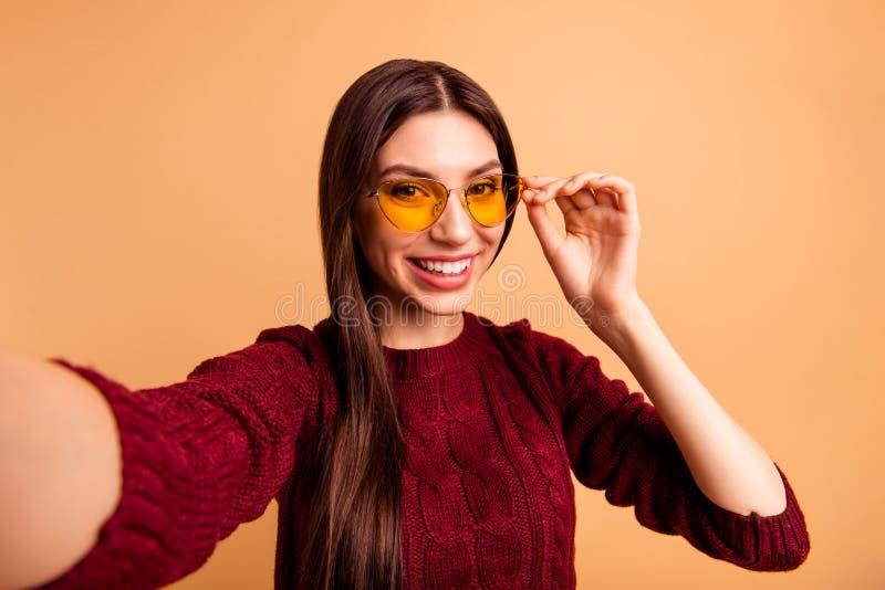 Belle sa de photo haute étroite elle regard moderne de dame faire pour prendre des disciples de courrier d'instagram de selfies p photo libre de droits