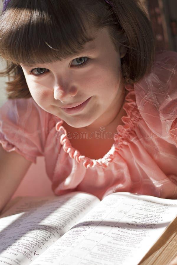 Belle Sainte Bible de lecture de fille photographie stock libre de droits