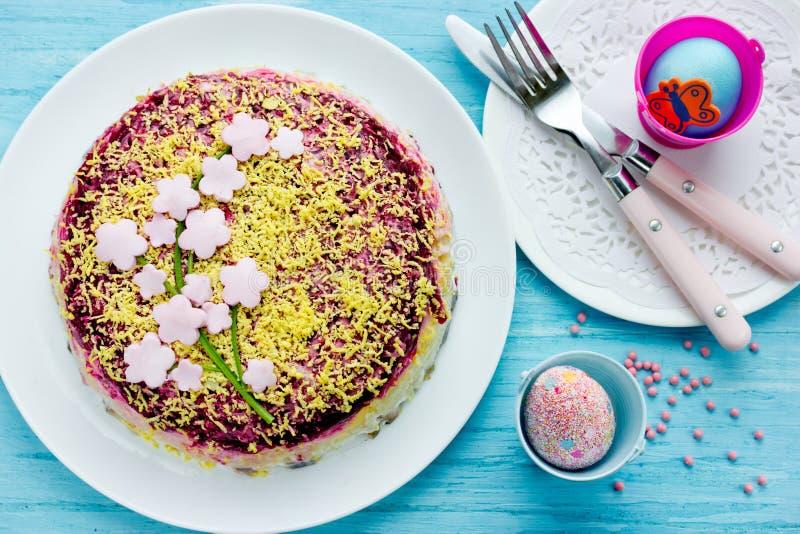 Belle salade de couche pour le dîner de Pâques image stock
