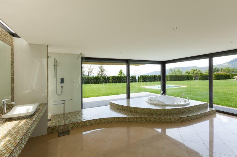 belle salle de bains avec le jacuzzi image stock image du architecture jardin 47582743. Black Bedroom Furniture Sets. Home Design Ideas