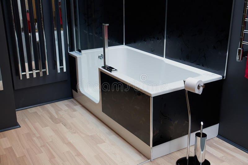 Belle salle de bains classique moderne dans la nouvelle maison de luxe photo stock image du for Belle salle de bain moderne