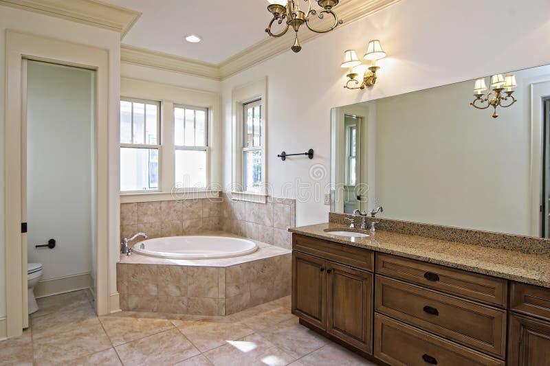 Belle salle de bains de construction neuve photographie stock
