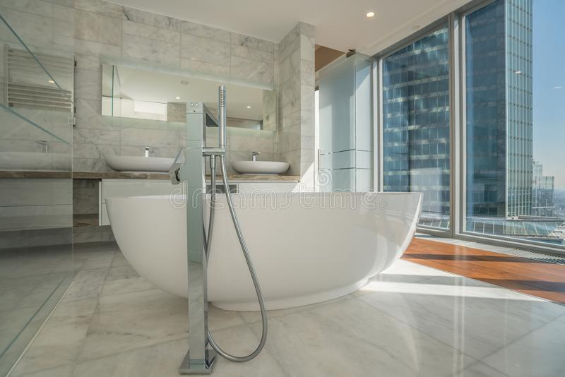 Belle salle de bains intérieure d'une maison moderne image stock