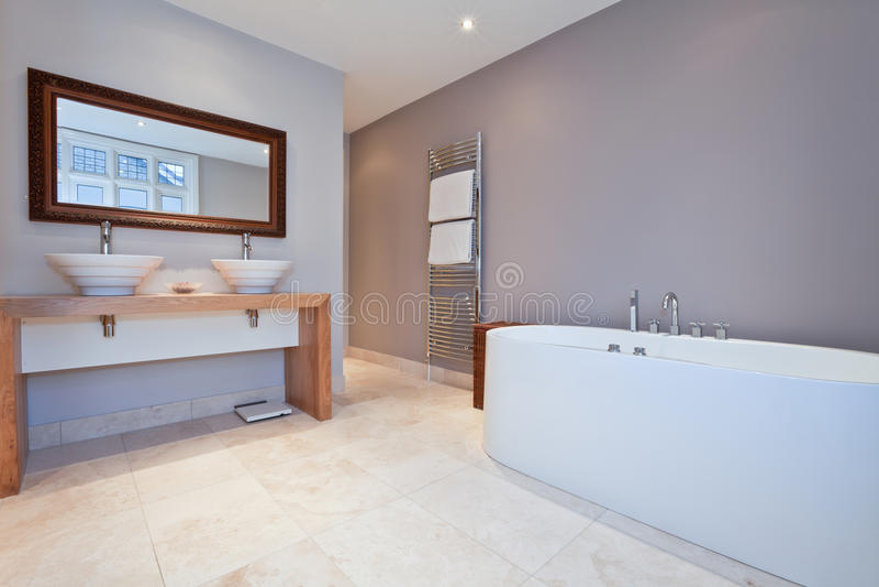 Belle salle de bains moderne image stock image du opulent conception 18573587 for Belle salle de bain moderne