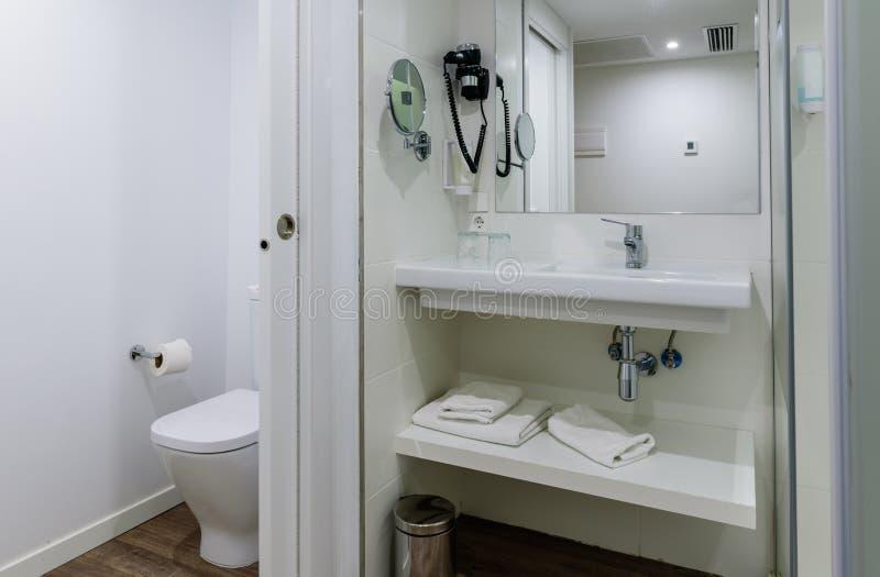 Belle salle de bains moderne intérieure dans des couleurs lumineuses photographie stock