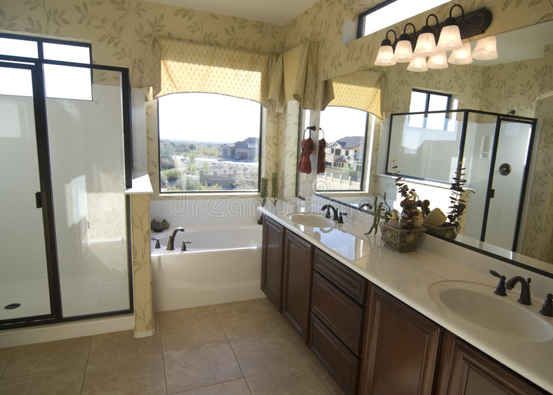 Belle salle de bains neuve photos stock