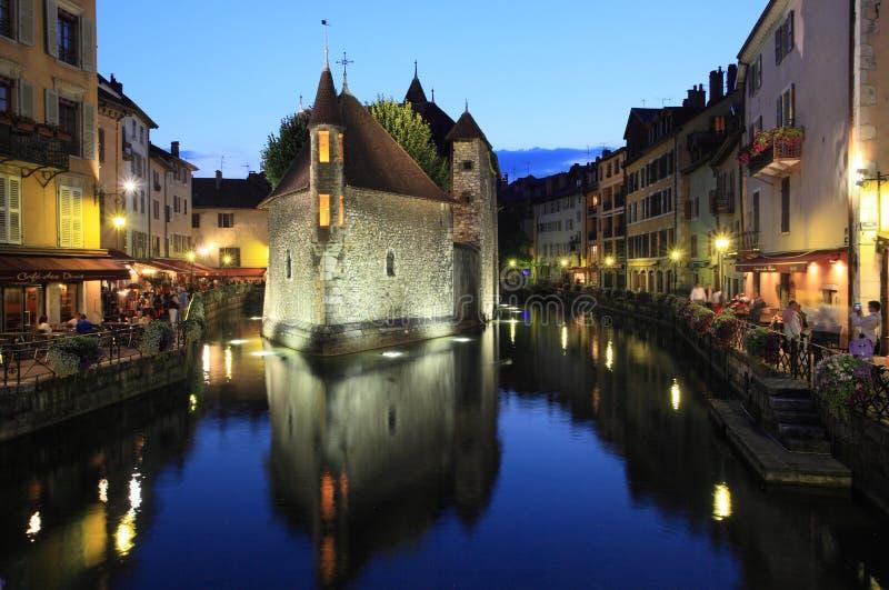 Belle scène de nuit à Annecy image stock