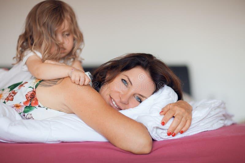 Belle scène heureuse de famille avec la mère et sa petite fille image stock