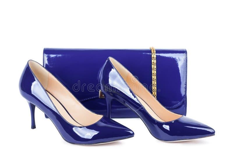 Belle scarpe viola con le frizioni su bianco isolate fotografie stock
