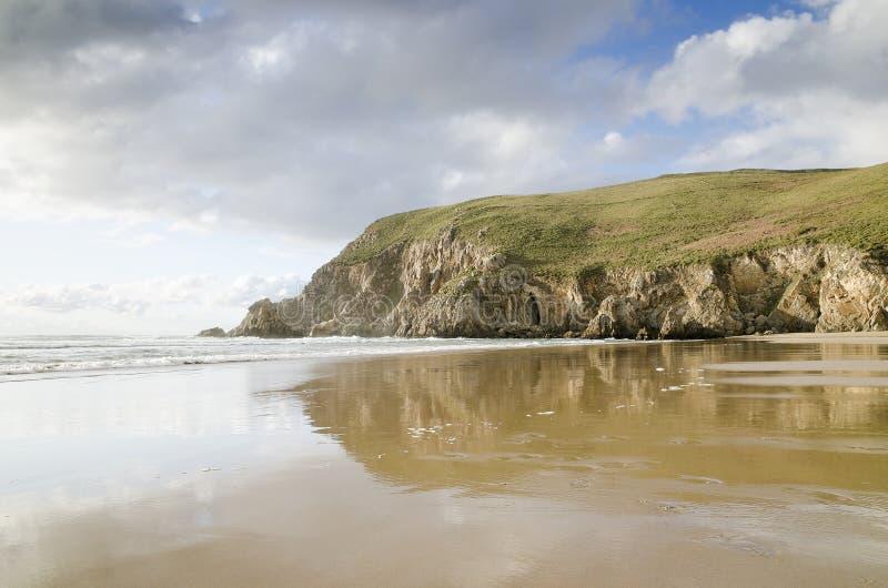 Belle scogliere del briciolo della spiaggia, spiaggia di paradiso immagini stock