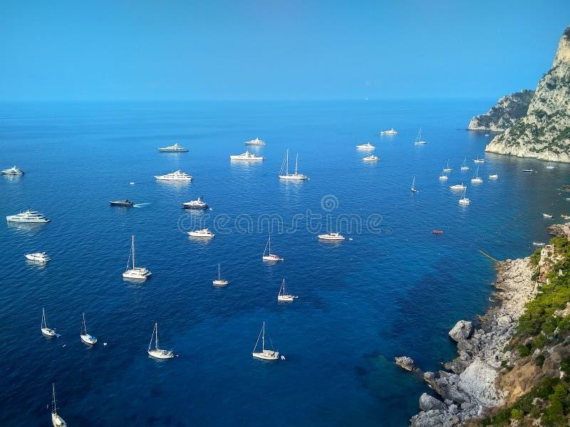 Belle scogliere sull'isola di Capri nel mar Mediterraneo fotografia stock