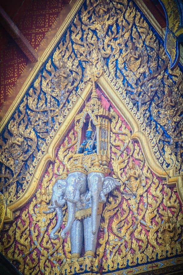 Belle sculpture d'ange montant l'éléphant de trois têtes sur photos libres de droits