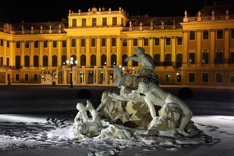Belle sculpture de palais de Schonbrunn à l'hiver images stock