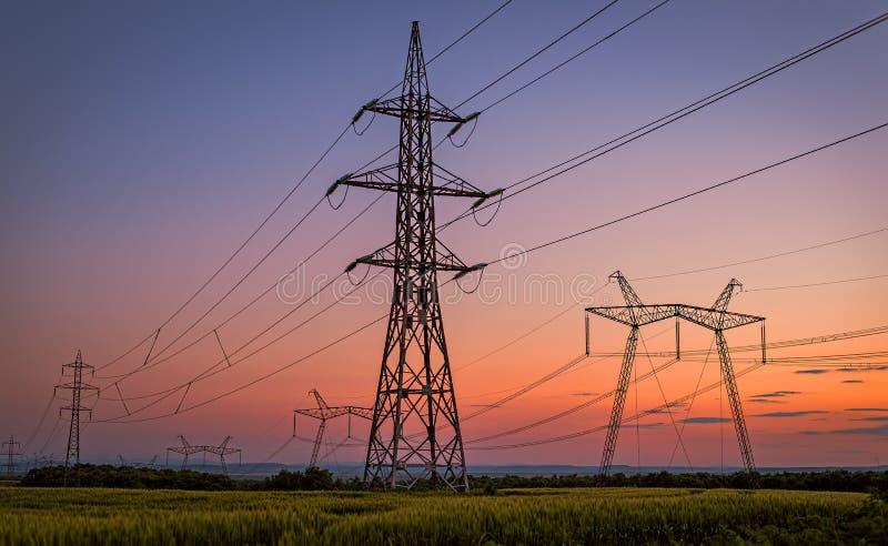Belle silhouette des tours de l'électricité photos stock