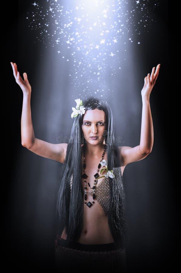 Belle sorcière asiatique de femme effectuant la magie image libre de droits