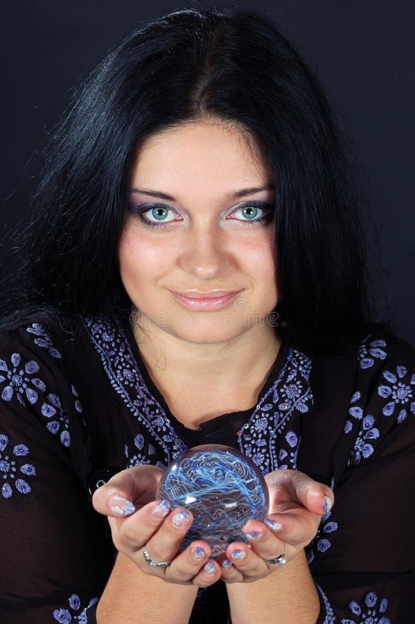 Belle sorcière avec la sphère magique photos libres de droits